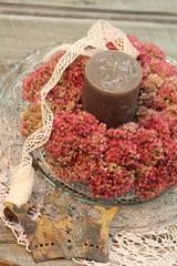 Herbstkranz mit Sedum, Spitzenband und Krone
