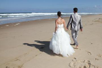 Mariés sur la plage déserte