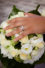 bouquet blanc et alliance