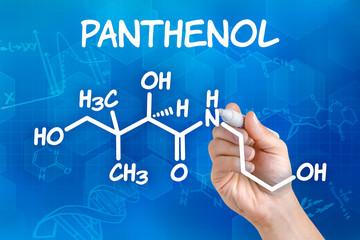 Hand mit Stift zeichnet chemische Strukturformel von Panthenol