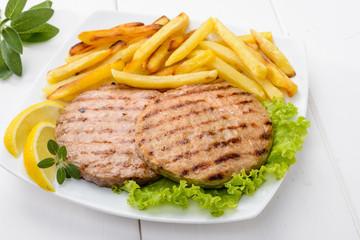 Hamburger con patatine fritte e insalata