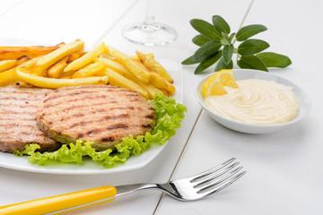 Hamburger con patatine fritte e maionese