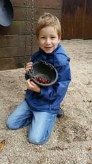 Instant - Kind mit Kastanien auf Spielplatz