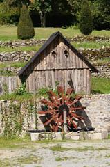 Vieux moulin à eau en bois au pied de la Tour de Bridiers