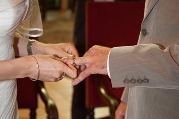 Homme et femme passage des alliances