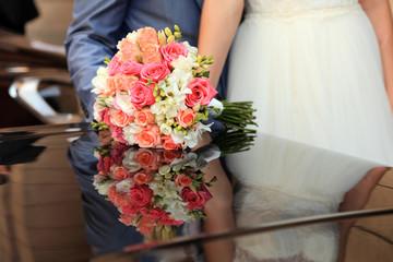 Bukiet ślubny z lustrzanym odbiciem.