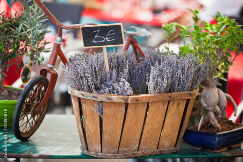 Foto op Aluminium Lavendel Lavender bunches selling in a outdoor french market