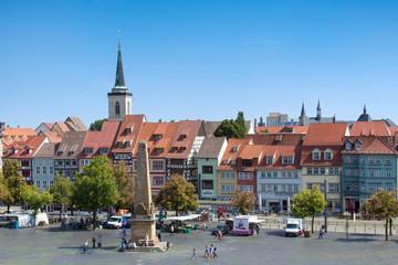 Stadt Erfurt in Thüringen mit Domplatz im Vordergrund