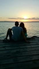 Pareja de novios contemplando puesta de sol