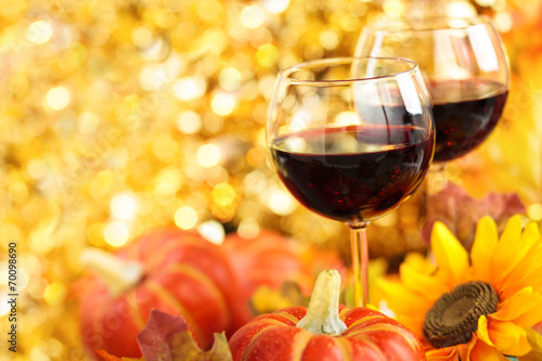 Foto op Plexiglas Wijn Autumn arrangement with wine, sunflowers and pumpkins.