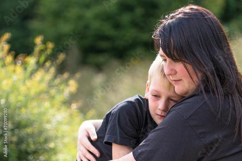 Mama tröstet Kind Crop - 70099280