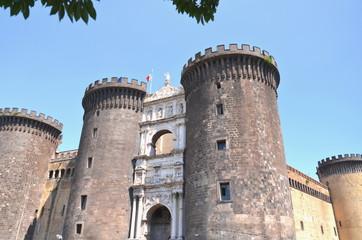 Majestatyczny zamek Nuovo w Neapolu, Włochy