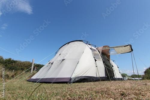 Familienzelt auf einem Campingplatz - 70108625