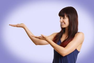 Frau hält Hände auf für Werbefläche