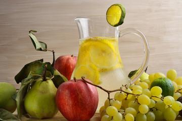 caraffa di limonata e frutta autunnale