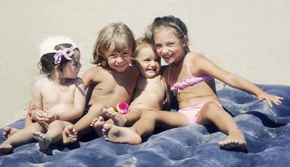 Gruppo di bambini sul materassino