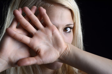 junge Frau zeigt stopp