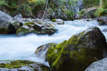 acqua torrente montagna