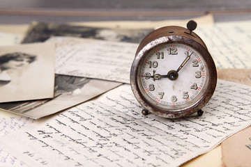 Alte Uhr und Briefe