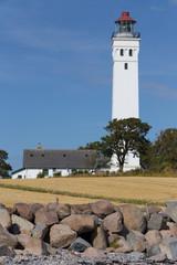 Steinstrand und Leuchtturm