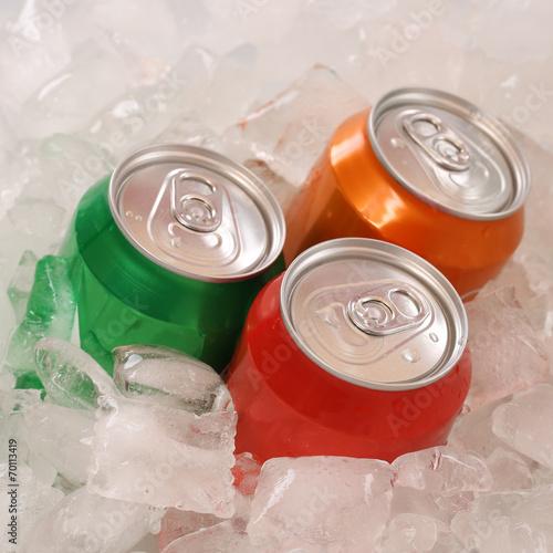 Cola und Limonade Getränke in Dosen auf Eiswürfel