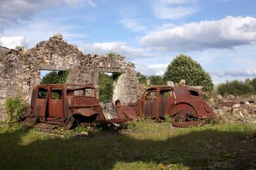 reste d'une maison et voiture à Oradour-sur-glane