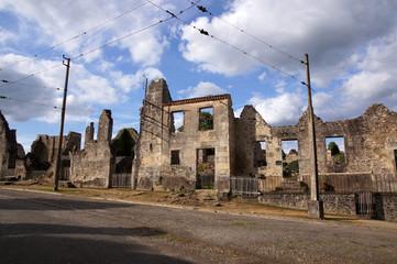 Dans les rues du village martyr d'Oradour-sur-glane