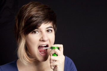adolescente con spray per il mal di gola