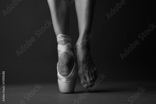 Aluminium Dans Standing on tip toe, monochrome