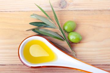 Cucchiaio di oli d'oliva e olive verdi