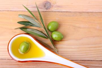 Cucchiaio di oli d'oliva e olive verdi #2