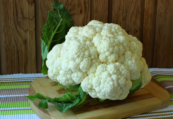 Cauliflower on a cutting board.