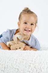 Lachendes Mädchen mit Hase