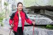 Frau bei Herbstwanderung im Mittelgebirge