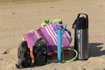 Objetos de playa en la arena