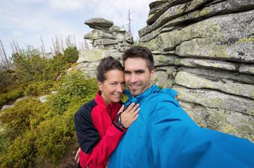 Paar macht Selfie in der Wildnis beim Wandern