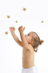 Mädchen greift nach den Sternen