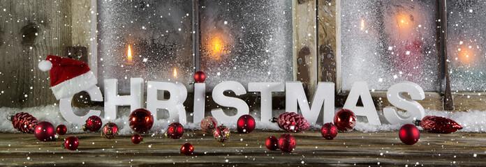 Weihnachten: klasssische Dekoration in rot, weiß und Holz