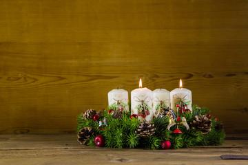 Zweiter Advent: zwei brennende weiße Kerzen: Adventskranz