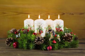 Heilig Abend: Weihnachtliche Dekoration mit vier Kerzen