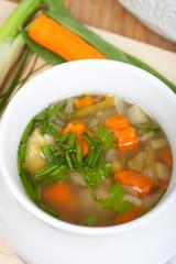Gemüseeintopf mit frischen Kräutern, fleischlos