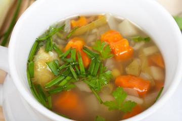 vegetarischer Eintopf mit Gemüse und Kräutern