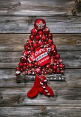 Weihnachtskarte: Tannenbaum aus roten Weihnachtskugeln als Deko