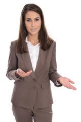 Freigestellte Geschäftsfrau in Hosenanzug braun hält Rede