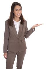 Businessfrau in Hosenanzug braun freigestellt mit Handfläche