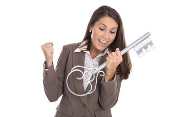 Frau freut sich über den Kauf eines Hauses mit Schlüssel