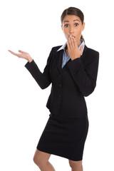 Erstaunte freigestellte Geschäftsfrau präsentiert ein Angebot