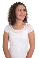 Lachende junge Frau freigestellt blickt seitlich nach oben