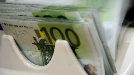 determination of fake money counts the 100 euro notes
