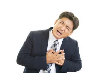 胸の痛みを訴える男性